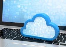 Portátil com símbolo de computação da nuvem no teclado Fotos de Stock Royalty Free