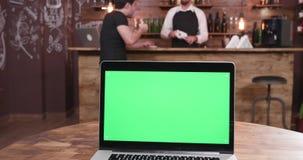 Portátil com seixos verdes em uma tabela filme
