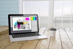 portátil com software do projeto gráfico na tela com backgrou do porto Fotos de Stock Royalty Free