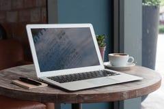 Portátil com tabuleta, pena e um copo da arte fresca do latte do café em w Imagens de Stock