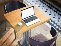 Portátil com tela vazia em uma tabela do café rendição 3d Foto de Stock Royalty Free