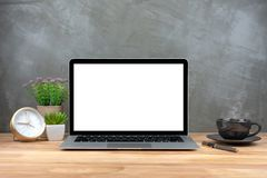 Portátil com a tela vazia na tabela Fotos de Stock
