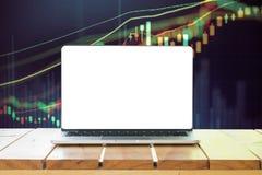 Portátil com a tela vazia na tabela Imagem de Stock