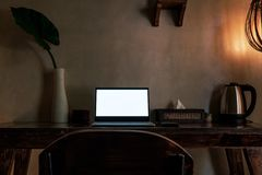 Portátil com a tela vazia na tabela com e na decoração Imagem de Stock