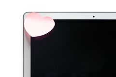 Portátil com uma nota pegajosa na forma de um coração Foto de Stock Royalty Free