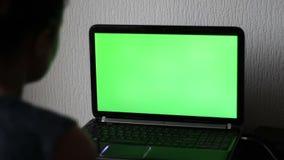 Portátil com uma tela verde filme