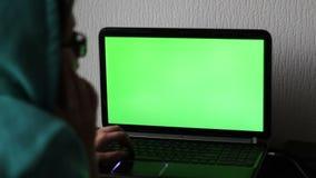 Portátil com uma tela verde video estoque