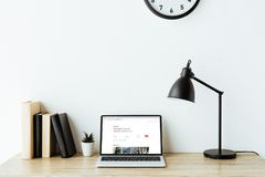 portátil com Web site do airbnb na tela na mesa do trabalho Foto de Stock Royalty Free