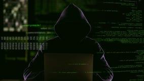 Portátil da abertura do hacker para verificar os códigos de sistema da quebra do vírus, roubando dados vídeos de arquivo