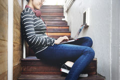 Portátil da mulher que procura o conceito da tecnologia da conexão da pesquisa fotos de stock