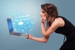 Portátil da terra arrendada da mulher com conceito de sistema baseado nuvem imagens de stock royalty free