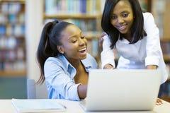Portátil das estudantes universitário Fotos de Stock Royalty Free