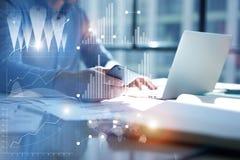 Portátil de datilografia do homem, mão de Smartphone do uso Gestor de projeto Researching Process Escritório moderno de Team Work Imagem de Stock Royalty Free