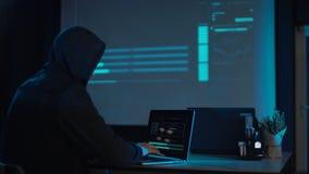 Portátil de datilografia do homem na noite vídeos de arquivo