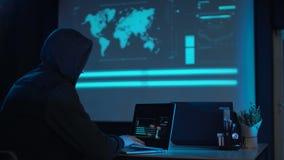 Portátil de datilografia do homem na noite video estoque