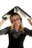 Portátil de sorriso novo da terra arrendada da mulher sobre sua cabeça Foto de Stock