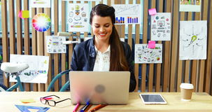 Portátil de utilização executivo fêmea e tabuleta digital na mesa vídeos de arquivo