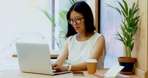 Portátil de utilização executivo fêmea na mesa 4k video estoque