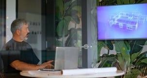 Portátil de utilização executivo masculino na sala de reunião 4k video estoque
