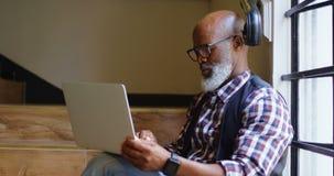 Portátil de utilização executivo masculino superior no escritório 4k vídeos de arquivo