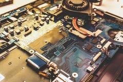 Portátil desmontado Placa de circuito impresso com muitos componentes bondes Foto de Stock Royalty Free