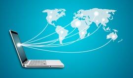 Portátil do computador com trabalhos em rede sociais do Social do mapa do mundo da rede Imagem de Stock