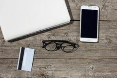 Portátil do conceito do negócio na tabela e cartão de crédito com telefone foto de stock