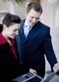 Portátil dos empresários fotografia de stock royalty free