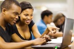Portátil dos estudantes universitários Imagens de Stock Royalty Free
