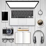 Portátil e artigos de papelaria do escritório na tabela Imagens de Stock
