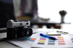 Portátil e câmera na mesa, dois empresários que estão no fundo imagens de stock royalty free