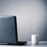 Portátil e copo Imagem de Stock