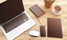 Portátil e dispositivos na tabela Fotos de Stock