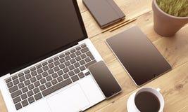 Portátil e dispositivos na tabela Imagens de Stock Royalty Free