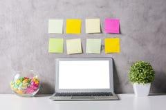 Portátil e etiquetas Imagens de Stock