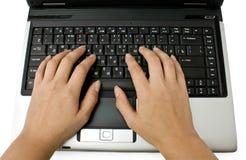 Portátil e mãos Fotografia de Stock