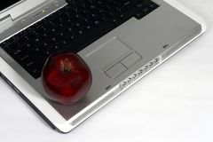 Portátil e maçã vermelha Foto de Stock Royalty Free