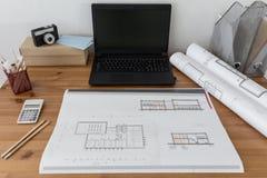 Portátil e projeto no papel Foto de Stock Royalty Free