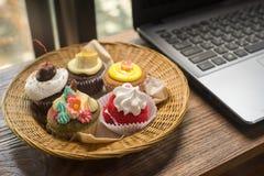 Portátil e queques Fotografia de Stock