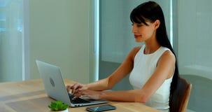 Portátil e telefone celular de utilização executivos fêmeas video estoque