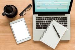Portátil e zombaria acima da tabuleta digital com tela do isolado Foto de Stock