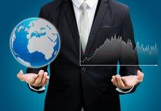 Portátil ereto da posse da mão da postura do homem de negócios que mostra o isolador do gráfico Imagens de Stock Royalty Free