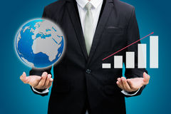 Portátil ereto da posse da mão da postura do homem de negócios que mostra o isolador do gráfico Fotos de Stock