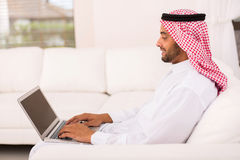Portátil muçulmano novo do homem foto de stock