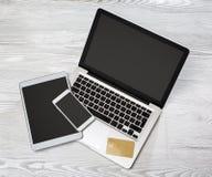 Portátil na definição alta com tabuleta e móbil em um backg de madeira Imagens de Stock