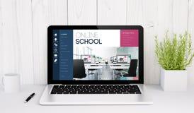 portátil na escola em linha da tabela Fotos de Stock