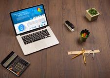 Portátil na mesa de escritório com Web site do negócio na tela Imagens de Stock Royalty Free