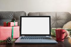 Portátil no interior da casa para registrar, oferta especial do Natal da busca Espaço para o texto na exposição Feriados de aplan imagens de stock royalty free
