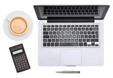 Portátil. pena, copo e calculadora Fotografia de Stock Royalty Free