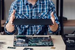 Portátil que desmonta na oficina de reparações eletrônica imagens de stock royalty free